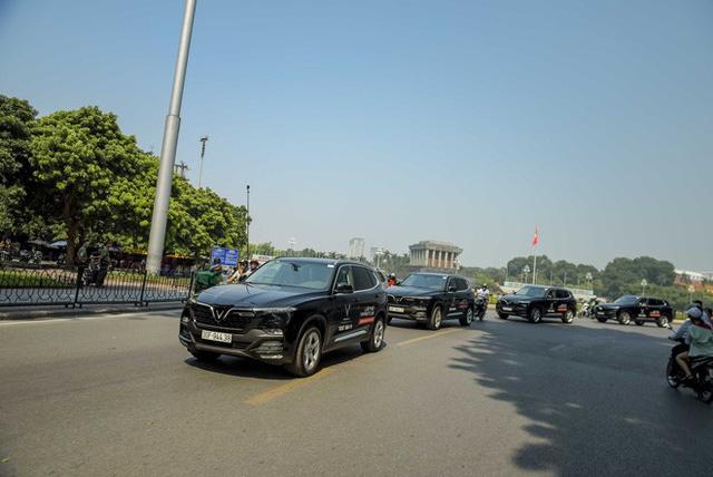Hơn chục chiếc VinFast Lux lần đầu nối đuôi nhau trên phố khiến người dân Hà Nội tò mò - Ảnh 11.