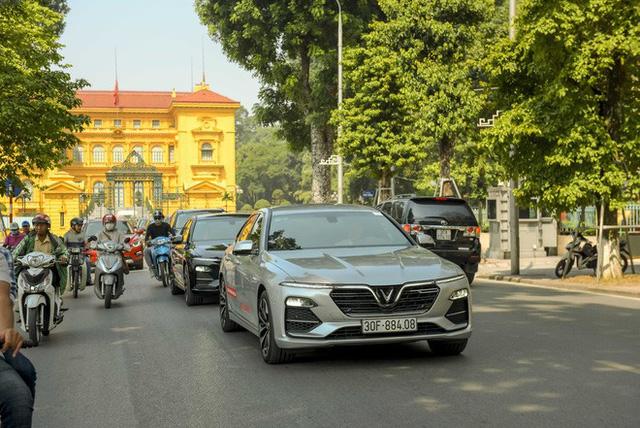 Hơn chục chiếc VinFast Lux lần đầu nối đuôi nhau trên phố khiến người dân Hà Nội tò mò - Ảnh 4.