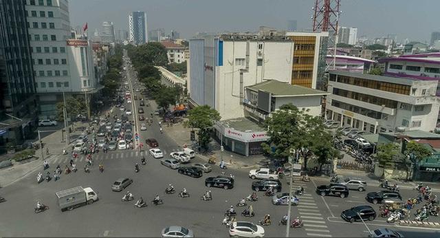 Hơn chục chiếc VinFast Lux lần đầu nối đuôi nhau trên phố khiến người dân Hà Nội tò mò - Ảnh 8.