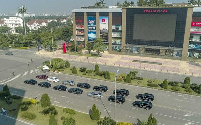Hơn chục chiếc VinFast Lux lần đầu nối đuôi nhau trên phố khiến người dân Hà Nội tò mò