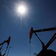 Trump tái công kích Trung Quốc, giá dầu mất hơn 2%