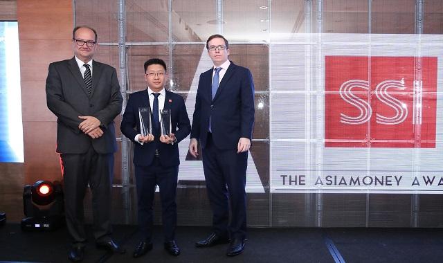 Ông Nguyễn Duy Linh - Phó Giám đốc khối DVCK khách hàng cá nhân (giữa) nhận giải thưởng