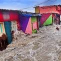 """<p class=""""Normal""""> <strong>'Triều cường vào nhà' - Shanth Kumar, Mumbai, giải <em>Nhiếp ảnh gia môi trường của năm</em></strong></p> <p class=""""Normal""""> Sóng lớn tràn vào khu ổ chuột Bandra, thành phố Mumbai, Ấn Độ, cuốn trôi một ngư dân ra khỏi nhà. Anh được các ngư dân khác giải cứu kịp thời trước khi bị cuốn ra biển. Mumbai đang đứng trước nguy cơ lũ lụt ven biển, hậu quả của biến đổi khí hậu. Nhiệt độ trên đất liền và biển đang tăng và mực nước biển cũng vậy.</p>"""
