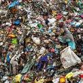 """<p class=""""Normal""""> <strong>'Vô hình' - của Valerie Leonard, Sonomol, Nepal</strong></p> <p class=""""Normal""""> Tại bãi rác Sisdol ở Nepal, những người nhặt rác lục lọi cả ngày để tìm kiếm nguyên vật liệu hoặc vật có giá trị để bán. Bãi rác tạm gần thủ đô Kathmandu này đã hoạt động từ năm 2005 và hiện đã quá tải.</p>"""