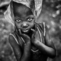 """<p class=""""Normal""""> <strong>'Mỏ nhựa' - Aragon Renuncio, Ouagadougou, Burkina Faso</strong></p> <p class=""""Normal""""> Một cậu bé chơi với chiếc túi nhựa. Khoảng 380 triệu tấn nhựa được sản xuất trên toàn thế giới mỗi năm. Sản lượng tăng theo cấp số nhân từ 2,3 triệu tấn năm 1950 lên tới 450 triệu tấn vào năm 2015. Mỗi ngày có khoảng 8 triệu mảnh nhựa được thải ra các đại dương.</p>"""