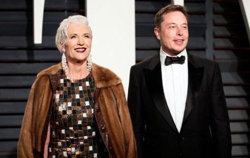 Maye Musk chụp ảnh cùng con trai Elon Musk. Ảnh: Danny Monoshok/Reuter.