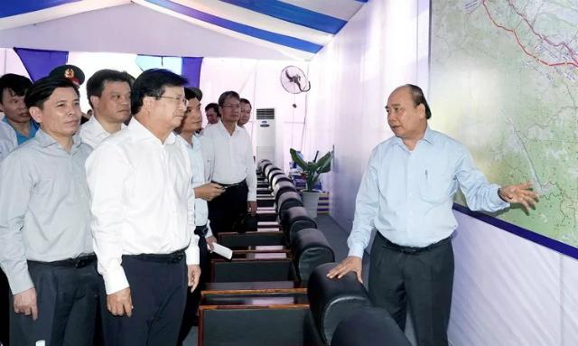 Thủ tướng Nguyễn Xuân Phúc (bìa phải) tại lễ khởi công cao tốc Cam Lộ - La Sơn, dự án đầu tiên trong 11 dự án thành phần của cao tốc Bắc - Nam. Ảnh: VGP
