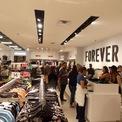 <p> Tuy nhiên, vài năm gần đây, hãng thời trang nhanh này gặp nhiều khó khăn. Với sự cạnh tranh khốc liệt từ nhiều công ty bán lẻ, đặc biệt là các công ty trực tuyến, Forever 21 buộc phải đóng cửa hoặc giảm quy mô nhiều cửa hàng lớn. (Ảnh: <em>Forever 21</em>)</p>