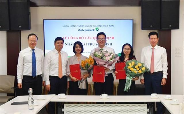 Đại diện Ban lãnh đạo Vietcombank chụp ảnh lưu niệm cùng các nhân sự được tuyển dụng và bổ nhiệm. Nguồn: Vietcombank