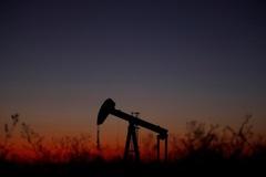 Giá dầu giảm vì PMI sản xuất Mỹ thấp nhất 10 năm