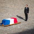 <p> Tổng thống Pháp Emmanuel Macron bày tỏ sự kính trọng trước quan tài của cựu Tổng thống Pháp Jacques Chirac tại National Invalides Hotel vào ngày 30/9. Cựu tổng thống Chirac, người lãnh đạo Pháp từ năm 1995 đến năm 2007, qua đời ở tuổi 86 vào ngày 26/9. Nhiệm kỳ tổng thống của ông Chirac được đánh dấu bằng sự đình trệ chính trị, đất nước chia rẽ, vật lộn với nợ nần, bất bình đẳng và thất nghiệp, song nhờ tính cách vui vẻ, hài hước, ông vẫn là một trong những chính trị gia được yêu thích nhất ở Pháp sau khi về hưu. Ảnh: <em>EPA</em>.</p>