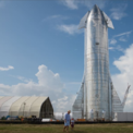 """<p> Mẫu tàu vũ trụ Starship đầu tiên của SpaceX được công bố tại bệ phóng của công ty ở Boca Chica, Texas vào ngày 28/9. CEO của SpaceX, Elon Musk, chia sẻ Starship được thiết kế để mang theo một phi hành đoàn và hàng hóa """"lên mặt trăng, sao hỏa hoặc bất cứ nơi nào khác trong hệ mặt trời"""" và quay trở lại Trái đất theo hướng đáp vuông góc thay vì theo chiều ngang. Ông Musk cho biết nó có chiều dài 50 mét, nặng 120 tấn và sẽ có sáu động cơ, trong đó có ba động cơ di chuyển xung quanh và ba động cơ chân không cố định. Ngoài ra, tàu vũ trụ mới sẽ được làm bằng thép có điểm nóng chảy cao và có khả năng phục hồi các thành phần khi đáp xuống trái đất. Ảnh: <em>Getty Images.</em></p>"""