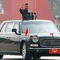 <p> Chủ tịch Tập Cận Bình vẫy tay chào người dân khi di chuyển đến quảng trường Thiên An Môn. Ảnh: <em>Reuters</em>.</p>