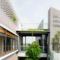 <p> Trước yêu cầu của chủ nhà về một không gian sống hiện đại, mới mẻ nhưng vẫn có nét gần gũi, thân quen, giản dị, phù hợp với tính cách của các thành viên trong gia đình, kiến trúc sư đã tạo nên 4 khối nhà xen giữa 6 khu vườn.</p>