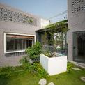 <p> Lên đến tầng hai, phần mái của 2 phòng ngủ ở tầng một được tận dụng làm 2 mảnh vườn nhỏ.<br /> </p>