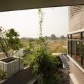 <p> Từ góc nhìn này, không gian bao quanh ngôi nhà hiện lên với sự thoáng đãng, hoang sơ.</p>