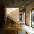 <p> Tầng một gồm 4 khối nhà, với các chức năng nấu - ăn, tiếp khách ngủ nghỉ.<br /> </p>