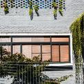 <p> Ngôi nhà được hoàn thiện hoàn toàn bằng gạch với lớp trát thô, mang lại cảm giác gần gũi và giản dị như mong muốn của gia chủ.</p>