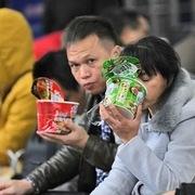Người Trung Quốc đổ xô mua mỳ gói