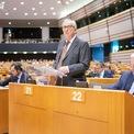 """<p class=""""Normal""""> Chủ tịch Ủy ban châu Âu Jean-Claude Juncker phát biểu vào ngày 9/10 tại Quốc hội châu Âu ở Brussels, bên cạnh là trưởng đoàn đàm phán Brexit của EU, Michel Barner. Theo đó, EU bác phương án đề xuất Brexit của Thủ tướng Anh Boris Johnson, nhưng cũng cho biết luôn sẵn sàng tham gia các cuộc đàm phán vào phút chót. Theo ông Juncker, nguy cơ Brexit không thỏa thuận vẫn đang hiện hữu, đồng thời kêu gọi tập trung vào việc tìm kiếm một thỏa thuận mà ông cho rằng vẫn còn thực hiện được.</p> <p class=""""Normal""""> Trong khi đó, trưởng đoàn đàm phán Brexit của EU Michel Barnier, đã liệt kê 3 điểm chính khiến EU không thể chấp nhận những đề xuất mới của Anh, gồm giải pháp thuế quan dự tính cho đảo Ireland, vai trò của chính quyền vùng Bắc Ireland và thiếu các giải pháp pháp lý hiệu quả để đảm bảo những dàn xếp trên có thể được triển khai. Các cuộc đàm phán Brexit rơi vào bế tắc khi các nhà lãnh đạo của Anh và EU liên tục đổ lỗi cho nhau. Ảnh: <em>Bloomberg</em>.</p>"""