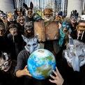 """<p class=""""Normal""""> Nhóm người biểu tình ở bên ngoài Tòa nhà Chính phủ tại Dublin, Ireland vào ngày 8/10. Trong suốt 2 tuần qua, hàng nghìn người biểu tình chống lại biến đổi khí hậu trên khắp thế giới đã xuống đường để yêu cầu chính phủ có hành động ngay lập tức nhằm cắt giảm khí thải và ngăn chặn thảm họa sinh thái. Ảnh: <em>Reuters</em>.</p>"""