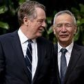 """<p> Phó Thủ tướng Lưu Hạc và Đại diện Thương mại Mỹ Robert Lighthizer chào nhau trước phiên đàm phán cấp cao tại Washington vào ngày 10/10. Đây là phiên đàm phán trực tiếp đầu tiên giữa các lãnh đạo cấp cao của Mỹ và Trung Quốc kể từ cuối tháng 7. Sau ngày đàm phán đầu tiên, Tổng thống Donald Trump cho biết: """"Chúng tôi vừa kết thúc một phiên đàm phán với Trung Quốc. Chúng tôi đang làm rất tốt và sẽ còn một phiên nữa vào ngày mai. Tôi sẽ gặp phó thủ tướng tại Nhà Trắng. Tôi nghĩ mọi việc sẽ diễn ra tốt đẹp"""". Ảnh: <em>Bloomberg</em>.</p>"""