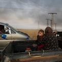<p> Người phụ nữ bế một em bé ngồi ở phía sau của chiếc xe tải trong chuyến hành trình tháo chạy khỏi thị trấn Ras al Ain, Syria vào ngày 9/10. Thổ Nhĩ Kỳ triển khai chiến dịch quâ\n sự nhằm vào lực lượng người Kurd sau khi Nhà Trắng công bố kế hoạch rút binh sĩ khỏi khu vực biên giới Syria - Thổ Nhĩ Kỳ. Quyết định này khiến Trump hứng chỉ trích và bị coi là hành động phản bội dân quân người Kurd, lực lượng do Mỹ hậu thuẫn. Ảnh: <em>Reuters</em>.</p>