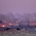 """<p> Thị trấn Ras al Ain chìm trong khói lửa sau đợt tấn công của quân đội Thổ Nhĩ Kỳ vào ngày 9/10. Tổng thống Thổ Nhĩ Kỳ Recep Tayyip Erdogan thông báo trên Twitter rằng chiến dịch có tên Mùa xuân Hòa bình còn nhắm mục tiêu vào nhóm Nhà nước Hồi giáo (IS) tự xưng ở đông bắc Syria.</p> <p class=""""Normal""""> Sau đó, Tổng thống Donald Trump bình luận rằng hành động tấn công Syria là một ý tưởng tồi tệ và đe dọa sẽ xóa sổ nền kinh tế Thổ Nhĩ Kỳ nếu nước này quét sạch người Kurd ở Syria. Tuy nhiên, Tổng thống Erdogan khẳng định quân đội Thổ Nhĩ Kỳ sẽ tiếp tục chiến dịch tấn công người Kurd ở Syria bất chấp đe dọa từ Mỹ. Ảnh: <em>Getty Images.</em></p>"""