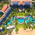 """<p class=""""Normal""""> <strong>12. Angsana Lăng Cô</strong></p> <p class=""""Normal""""> Địa điểm: Huế, Việt Nam</p> <p class=""""Normal""""> Giá khởi điểm/đêm: 140 USD</p> <p class=""""Normal""""> Angsana Lăng Cô là khu nghỉ dưỡng gồm 223 phòng ở miền trung Việt Nam, gần với một số di sản văn hóa thế giới được UNESCO công nhận. Resort này có một hồ bơi chung dài 300 m, uốn khúc bao quanh khu nghỉ dưỡng. (Ảnh: <em>Angsana</em>)</p>"""