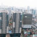 <p> Trục đường Nguyễn Trãi (quận Thanh Xuân), đoạn từ nút giao Vành đai 3 đến Ngã Tư Sở cũng tập trung hàng loạt toà chung cư cao tầng. Nhiều trong số đó là các dự án đã đi vào hoạt động, nhưng cũng có dự án đang trong quá trình xây dựng.</p>