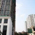 <p> Cạnh dự án Royal City, một dự án toà nhà hỗn hợp thương mại, dịch vụ, văn phòng, khách sạn căn hộ và nhà ở để bán đang được xây dựng.</p>