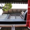 <p> Trong phần cấu tạo kiến trúc, kiến trúc sư sử dụng hệ mái 2lớp đặc trưng của nhà ở truyền thống, bao gồm mái lợp ngói âm dương và trần nhà là các tấm modul trần được làm từ khung gỗ bọc vải bố, giữa mái và trần là khoảng chân không còn ở hai bên tường là hệ lam lá xách.</p>