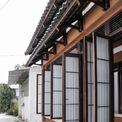 """<p class=""""Normal""""> Ngôi nhà được thiết kế và xây dựng để đáp ứng yêu cầu về một không gian mang màu sắc văn hoá Nhật Bản.Mặt tiền sử dụng đường nét đơn giản thể hiện sự cách tân trong kiến trúc truyền thống. Hệ cửa mở lớn tạo nên sự xuyên suốt cho toàn bộ công trình.</p>"""