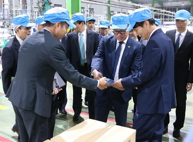 Đoàn thăm quan nhà máy và sản phẩm của Nhựa An Phát Xanh. Nguồn: Nhựa An Phát Xanh.