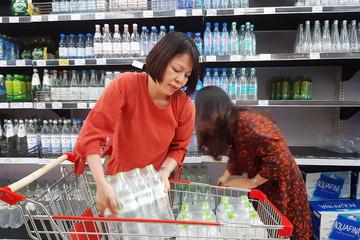 Nhiều siêu thị cháy hàng nước đóng chai