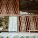 <p> Những bức tường gạch đục lỗ giúp lưu thông không khí trong nhà.</p>