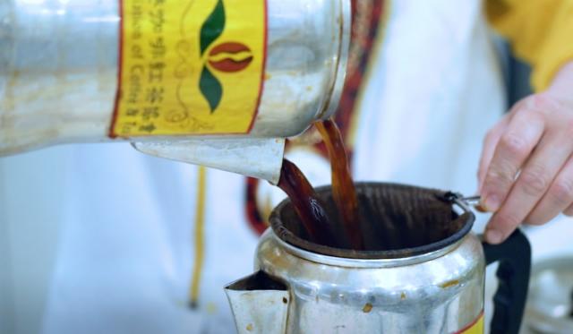 Tốc độ và độ cao mà trà được kéo là yếu tố quyết định chất lượng của trà sữa. Ảnh: SCMP.