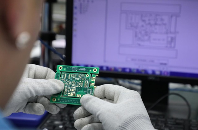 Nhân viên Aemulus Holdings Berhad kiểm tra một bảng mạch tại cơ sở sản xuất ở Penang, Malaysia. Ảnh: Reuters