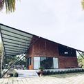 <p> Ngôi nhà nông thôn hay ngôi nhà hình cánh diều là công trình nhà ở Việt vừa được giới thiệu trên tạp chí Archdaily.Ngôi nhà được xây dựng ở một ngôi làng nhỏ ngoại ô TP Đà Nẵng. Chủ nhà là cặp vợ chồng lớn tuổi, yêu thích cuộc sống làng quê.</p>