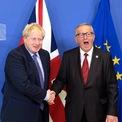 """<p class=""""Normal""""> Thủ tướng Anh Boris Johnson và Chủ tịch Ủy ban châu Âu Jean-Claude Juncker bắt tay nhau trong ngày 17/10. Cùng ngày, 2 vị lãnh đạo đều khẳng định đã đạt được thỏa thuận với Liên minh châu Âu về việc Anh rời liên minh, còn gọi là Brexit.</p> <p class=""""Normal""""> Liên quan tới nội dung của thỏa thuận, trưởng phái đoàn đàm phán của EU, ông Michel Barnier, cho biết Bắc Ireland vẫn nằm trong khu vực thuế quan của Anh, nhưng phải tuân theo một số quy định thuế quan của EU. Hai miền Nam và Bắc Ireland không đặt hàng rào biên giới.</p> <p class=""""Normal""""> Anh và EU sẽ ký hiệp định tự do mậu dịch với mức thuế nhập khẩu bằng 0% và sẽ không bị hạn chế bởi chế độ hạn ngạch hàng hóa. Ngoài ra, Anh ra khỏi EU nhưng 2 bên sẽ có 14 tháng chuyển tiếp, từ cuối tháng 10 đến hết 2020, nhằm chuẩn bị cho cơ chế mới. Trong thời gian này, mọi hoạt động diễn ra bình thường. Ảnh: <em>PA</em>.</p>"""