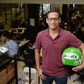 <p> Để chuyên nghiệp hóa hoạt động của ojeks, ngay trong năm đó Makarim cùng 3 người bạn bao gồm Brian Cu, Michaelangelo Moran và Jurist Tan mở một văn phòng Go-Jek ở Jakara, với 20 lái xe đầu tiên. Tuy nhiên vì không có đủ vốn để hoạt động, Go-Jek chỉ là công việc bán thời gian của Makarim và bạn bè. (Ảnh: <em>Bloomberg</em>)</p>