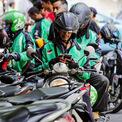 """<p> Thời gian sau đó là giai đoạn phát triển 'thần kỳ"""" của Go-Jek. Trong vòng một năm, ứng dụng của công ty được tải về 7,5 triệu lượt, số lượng lái xe trong mạng lưới tăng từ 500 lên 200.000. Đến giữa năm 2017, Go Jek đạt 40 triệu lượt tải với 10 triệu người sử dụng trung bình mỗi tuần, chiếm 50% hoạt động vận tải của Indonesia nói chung và 95% thị trường giao nhận đồ ăn nói riêng, theo chia sẻ của Makarim. (Ảnh: <em>Nikkei</em>)</p>"""