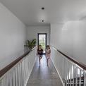 <p> Lối đi này tạo hiệu ứng không gian tích cực, tạo cảm giá ngôi nhà rộng và thoáng hơn.</p>