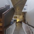 <p> Khoảng cách giữa các phòng ngủ được nới rộng bằng cách thiết kế các lối đi giống cây cầu.</p>