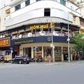 <p> Theo thống kê từ website, chuỗi Món Huế có khoảng 77 cửa hàng tại 6 tỉnh, thành trên cả nước, gồm TP HCM, Hà Nội, Đồng Nai, Hải Phòng, Quảng Ninh. Trong đó tại TP HCM, chuỗi này hiện diện nhiều nhất với 45 cửa hàng. Trên đường Đồng Khởi, quận 1, cửa hàng Món Huế cùng với Phở Ông Hùngnằm ngay mặt tiền ngã tư Đồng Khởi - Đông Du.</p>