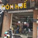 <p> Tại một cửa hàng khác trên đường Huỳnh Thúc Kháng, quận 1, tình trạng cửa đóng then cài diễn ra tương tự.</p>
