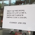 <p> Khác những nơi khác, cửa hàng này có một tấm biển thông báo Nhà hàng đóng cửa sữa chữa, mong quý khách thông cảm.</p>