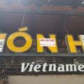 """<p> Tuy nhiên, trên logo Món Huế, chủ nhà đã kịp dán chằng chịt tấm biển """"Cho thuê nhà"""" in kèm số điện thoại.</p>"""
