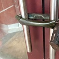 <p> Lối vào cửa hàng đã bị khóa cửa mà không có dòng thông báo về lý do nghỉ hay thời gian mở cửa trở lại.</p>