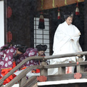 <p> Hoàng hậu Masako cũng mặc một bộ kimono màu trắng, đi sau chồng đến nơi thực hiện nghi lễ. Các thành viên khác của hoàng gia cũng sẽ có mặt tại khu thờ tự, nơi Nhật hoàng Naruhito sẽ báo cáo với tổ tiên rằng lễ đăng cơ của ông sẽ diễn ra hôm nay. Hơn 400 thượng khách là nguyên thủ và lãnh đạo cấp cao của hơn 190 quốc gia, khu vực, tổ chức quốc tế dự kiến tham dự buổi lễ vào chiều 22/10. Thủ tướng Nguyễn Xuân Phúc đang ở Nhật Bản để dự lễ đăng quang của Nhật hoàng Naruhito.</p>